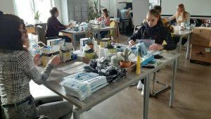 vrijwilligers van Licht voor Dordt pakken de gratis mondkapjes in